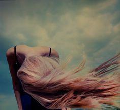 A+mulher+com+cabelos+soltos+ao+vento+%21%21%21.jpeg (400×366)