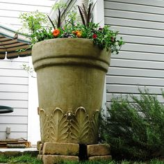 With this rain barrel you can improve the look of your yard grow great looking - Modern Barrel Planter, Planter Pots, Pool Water Features, Garden Fountains, Yard Art, Compost, Curb Appeal, The Great Outdoors, Terracotta