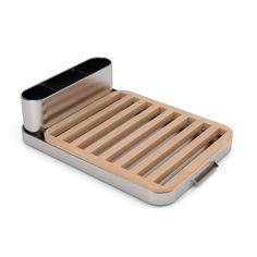 Articolo: UNIVERSAL8013El escurreplatos Universal Expert es de madera de haya y acero inoxidable. Su diseño sencillo y elegante se adapta perfectamente a cualquier tipo de cocina. Este accesorio de cocina de diseño se completa con patas de goma. La rejilla del estante para platos y escurridor puede elevarse para facilitar la limpieza y la eliminación del exceso de agua. Una lámina de polímero asegura el máximo agarre de los cuchillos. Descubre muchas otras ideas de diseño en línea para su…