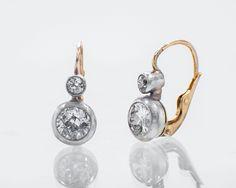 Kolczyki z diamentami, idealne jako dodatek ślubny.