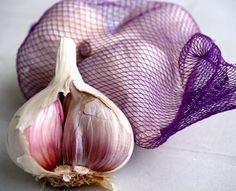 Aunque tienen un olor y sabor poco agradable, los ajos deberían ser consumidos diariamente por todos nosotros, no sólo porque es una planta con beneficios al sistema respiratorio sino porque tiene magníficos poderes curativos para todo nuestro organismo y que implica incluso la prevención a algunas enfermedades. En ese sentido, no sólo es reconocido su…