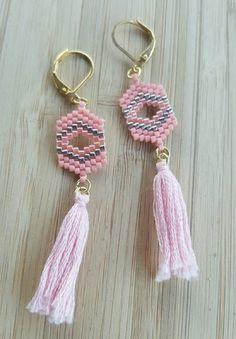 ▲ Boucle d'oreilles pendantes dorées en perles Miyuki ▲ ▲ Modèle Pompon ▲  - Attaches dormeuses en plaqué or pour oreilles percées - Tissage en perles miyuki délic - 20378797