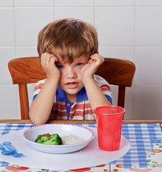 """Se """"Não quero!"""" e """"Não gosto!"""" estão aparecendo à sua mesa com mais do que o de costume, é preciso paciência. Saiba como evitar que as crianças rejeitem itens novos ou mesmo alimentos que antes aceitavam"""