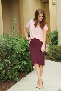 Burgundy pencil skirt with blush pink top Pink Heels Outfit, Blush Outfit, Burgundy Outfit, Gala Dresses, Modest Dresses, Casual Dresses, Short Dresses, Modest Fashion, Fashion Outfits