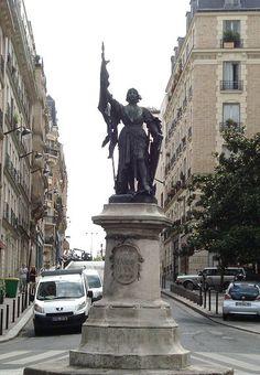 rue Jeanne-d'Arc - Paris 13ème .. La statue de Jeanne d'Arc au bout de la rue.