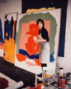Helen Frankenthaler standing up in her studio holding a pot of paint next to a painting Helen Frankenthaler, Atelier Photo, Modern Art, Contemporary Art, Picasso Paintings, Oil Paintings, Cy Twombly, Action Painting, Painting Art