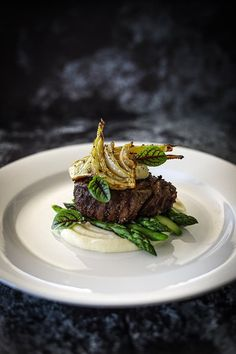 Beef Fillet, Potato Puree, Roasted Fennel, Asparagus, Smoked Garlic & Thyme Butter - Temptation For Food Gourmet Recipes, Beef Recipes, Cooking Recipes, Beef Fillet Recipes, Gourmet Desserts, Roast Beef Fillet, Shake Recipes, Juice Recipes, Plated Desserts