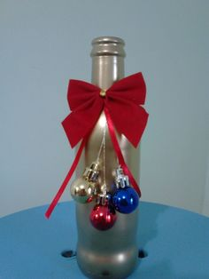 GARRAFA DECORADA PARA O NATAL Diy Christmas Decorations Easy, Christmas Centerpieces, Christmas Crafts, Glass Bottle Crafts, Wine Bottle Art, Diy Crafts For Gifts, Jar Crafts, Christmas Articles, Wine Bottle Centerpieces