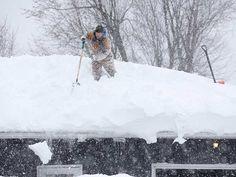 Intensa nevada crea temores de derrumbes. http://bit.ly/1vwnqyP