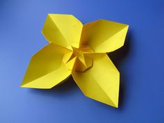 Fiore quadrato, variante 1 - Square Flower, variant 1. Origami, from a sheet of copy paper, 21 x 21 cm. Designed and folded by Francesco Guarnieri, April 2013. Instructions, CP: http://guarnieri-origami.blogspot.it/2013/04/fiore-quadrato-square-flower.html