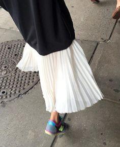 Long pull + jupe mi-longue plissée + runnings = le bon mix