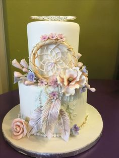 The simple, rustic looking boho cake has been on the scene for a while now, but this year you will see 'boho chic' becoming a top choice for wedding cakes. For the 2019 boho look, you can expect to se Unicorne Cake, Cake Art, Cupcake Cakes, Beautiful Cakes, Amazing Cakes, Dream Catcher Cake, Bohemian Cake, Cake Trends, Savoury Cake
