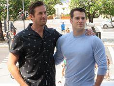 Henry Cavill (derecha) y Arnie Hammer revelar la película 'El agente de UNCLE' en Río (Foto: Celio Silva / G1)