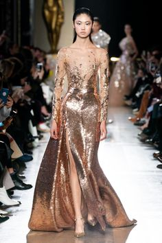 Elie Saab Spring / Summer 2019 Haute Couture - Fashion Shows .-Elie Saab Frühjahr/Sommer 2019 Haute Couture – Fashion Shows Elie Saab Haute Couture, Haute Couture Paris, Haute Couture Fashion, Spring Couture, Runway Fashion, Fashion Show, Fashion Design, Gold Fashion, Bridal Fashion