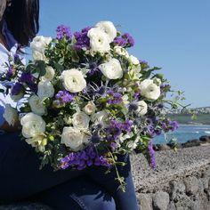 LAGON- Sa nature classe et d'un style éclatant, le bouquet «lagon» donnera allure à toutes les attentions. A la fois douces et expressives, les fleurs qui composent ce bouquet ont été soigneusement sélectionnées pour donner panache et plaisir pour toutes les occasions.