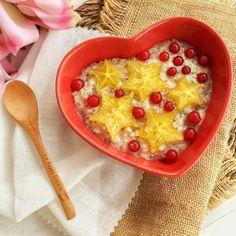 """""""Gachitas de avena buenas o Porridge o avena cocida. Se puede llamar de cualquier forma y se pueden preparar de mil formas diferentes. Receta de hoy: 3 cdas de copos de avena 1/2 vaso de agua 1/2 vaso de leche de avena Endulzante al gusto 1cdta de canela 1cdta de semillas de Chía 1 clara de huevo Ponemos en un cazo pequeño la avena, la chía, leche y agua, y lo ponemos a calentar, removiendo de vez en cuando. Ira espesando, añadimos el endulzante al gusto"""