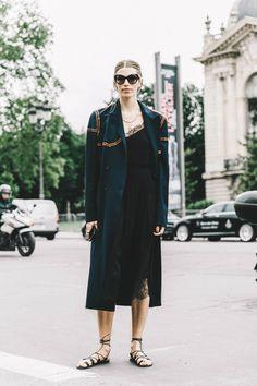 Masculino vs. femenino Del verano tiene...El vestido lencero y las sandalias planas.  Del otoño tiene...El abrigo clásico con detalles de color.   Funciona porque...La mezcla de prendas femeninas con otras súper masculinas es uno de los trucos de estilismo más infalibles que hay