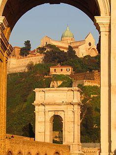 Duomo di Ancona sulla sommità del Colle Guasco, visto dall'Arco Clementino, con l'Arco di Traiano.