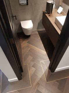 Istoria Bespoke Onyx has a lovely gentle effect that matches well with any look of the interior. The flooring was complimented by antique brass trim. Bathroom Design Luxury, Home Interior Design, Interior Architecture, Interior Decorating, Wood Floor Design, Wood Floor Pattern, Herringbone Wood Floor, Herringbone Pattern, Timber Flooring