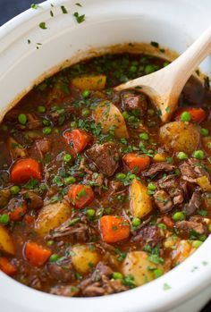 Slow Cooker Beef Stew - This beef stew is the definition of comfort food! It is packed with flavor and that low and slow cooking yields the most tender beef. A staple recipe! Healthy Crockpot Recipes, Meat Recipes, Chicken Recipes, Crockpot Meals, Cooker Recipes, Dinner Recipes, Pasta Primavera, Edamame, Enchiladas Potosinas