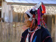 Er leven in Noord Thailand nog vele stammen. De belangrijkste zijn Hmong, Karen en Akha, waartoe deze vrouw behoort. In het 'dorp in de mist' Mae Hong Son kun je o.a. een bezoek brengen aan de 'Langnekken'.
