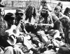 Hippies maken muziek bij het Nationaal Monument op de Dam, Amsterdam. Nederland. 3 mei 1972.