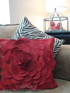 felt flower pillow tutorial, super easy, cheap and cute! Cute Pillows, Diy Pillows, Decorative Pillows, Throw Pillows, Pillow Ideas, Felt Flower Pillow, Felt Pillow, Felt Flowers, Diy Flowers