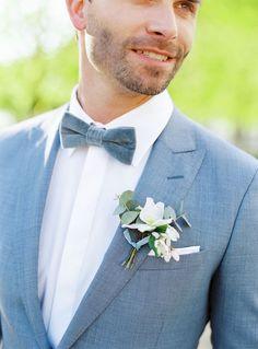 Sus sueños de boda Blancanieves se hacen realidad, con un toque moderno. White Tuxedo Wedding, Snow White Wedding, Blue Wedding, Dream Wedding, Wedding Dreams, Star Wedding, Wedding Men, Wedding Groom, Wedding Suits