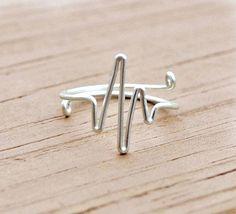 """latido del corazón anillo de alambre bricolaje Podría ser un símbolo romántico o un proyecto de """"conciencia""""."""