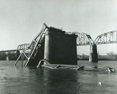 Silver Bridge collapsed in Point Pleasant, West Virginia/Gallipolis Ohio- the mothman did it! Gallipolis Ohio, Ufo, The Mothman Prophecies, Architecture Fails, Virginia Occidental, Mason County, West Virginia History, Bermuda Triangle, Virginia Homes