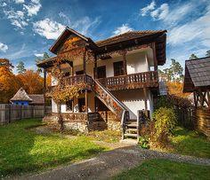 Vrei o casă tradițional românească? Păi ai o sursă bună aici Cozy Cottage, Cottage Homes, Mud House, Rustic House Plans, Bucharest Romania, European House, Beautiful Buildings, House In The Woods, Traditional House