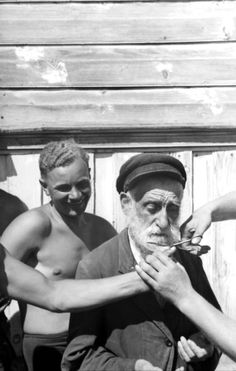 "historicaltimes: "" German soldiers publicly humiliate an elderly Ukrainian Jewish man by forcibly cutting his beard. Near Baranivka, Soviet Union. July 1941. "" Humilié, c'est une façon de ""mettre à..."