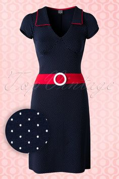 60s Chloe Dots Dress in Navy and Red - Dieses 60s Chloe Dots Dress wirst du nach dem Anziehen nie wieder mehr ausziehen wollen. Und es ist in der Niederlande und in Belgien exklusiv online bei TopVintage erhältlich!Der Kragen mit den roten Paspeln und der rote Gürtel (nicht abtrennbar) mit der weißen Schnalle aus Stoff verleihen diesem Juwel einen verspielten Touch! Nur von dem Kleid alleine bekommt man schon gute Laune und das A-Linie Modell wirkt außerdem auch n...
