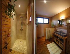 Caillebotis à l'entrée de la douche à l'italienne, parquet, meubles en chêne ciré et murs orangé donnent à cette pièce d'eau une ambiance très chaleureuse.