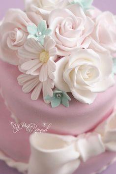 001//トップには、バラ、マーガレットのお花を飾って。アクアブルーの小花がアクセント。