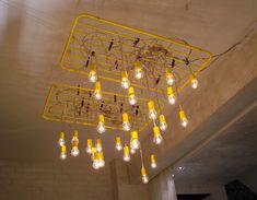A luminária de teto com varal pintado de amarelo e pregadores de roupa produziu um efeito visual surpreendente.
