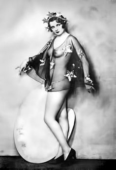 Ziegfeld Follies photographed by Alfred Cheney Johnston Vintage Pictures, Old Pictures, Vintage Images, Old Photos, Vintage Glamour, Vintage Beauty, Vintage Ladies, Vintage Fashion, Vintage Woman