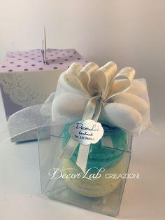 Scatolina in Pvc con 2 Soap Macarons e Fiocco Confetti   Colori personalizzabili  Dimensioni 6x6x6 cm
