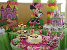 Fiesta con decoracion y diseño de minnie mouse