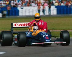 Nigel Mansell (Williams Renault) helps Ayrton Senna.