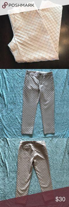 Banana Republic crop pant Banana Republic textured crop pant with side slits. Size 10 Banana Republic Pants Ankle & Cropped
