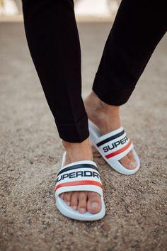 Slider weiß Superdry | Shoes | Trends | Was ist beim Tragen der Slider zu beachten? So trägt man die Slider richtig! | #Outfit #Menswear #Streetstyle #OOTD #Badeschlappen #Schuhe Flipflops, Adidas Slides, Lion Pictures, Barefoot Men, Male Feet, Superdry, Pool Slides, Sliders, Birkenstock
