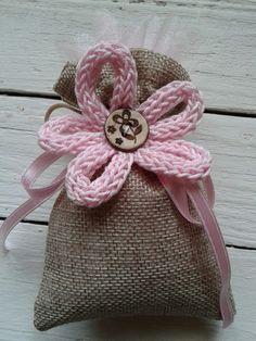 Bomboniera in iuta con applicazione di fiore realizzato a mano con il tricotin.