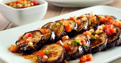 Ingredientes   2 berinjelas  grandes (600 g)  2 tomates  pequenos, sem sementes, picados  1 pitada de sal