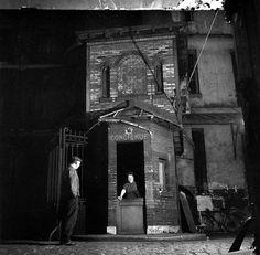 Robert Doisneau - La cour du Centre Chostakovitch et sa concierge, Paris, 1952.