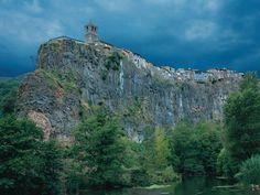 Castellfollit de la Roca, a la Garrotxa, un poble de Catalunya situat entre els deu amb millors vistes del món segons «National Geographic» (Catalonia)