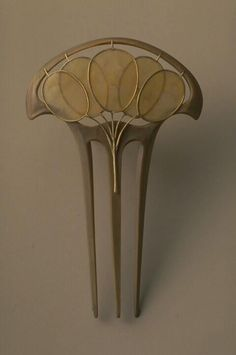Lucien Gaillard - Hair Comb. Carved Horn, Gold and (?). Circa 1900.