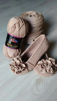 Hi, Crochet lovers, are you thinking of some crochet projects in the early Spring? This pretty set of crochet Mary Jane slippers are an easy and warm project we can hook on which is perfect for… Crochet Slipper Boots, Crochet Sandals, Crochet Slippers, Crochet Clutch, Slipper Socks, Crochet Diy, Crochet Crafts, Crochet Projects, Diy Crafts