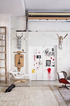 Modern and eclectic wall art on the white washed walls of the rustic yet eclectic styled room in the latest version of D-Espacio Studio in Madrid designed by Belen Lopez! Decoration Design, Deco Design, Turbulence Deco, Vintage Interiors, Blog Deco, Red Paint, Dream Decor, Oeuvre D'art, Oeuvres