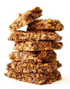 Homemade Chocolate Chip Clif Bars: Make your own homemade Clif Bars! This vegan & soy-free recipe is healthier and just as delicious as store-bought Clif Bars - By FeastingOnFruit Homemade Chocolate Chips, Chocolate Chip Recipes, Vegan Chocolate, Homemade Cliff Bars, Vegan Protein Bars, High Protein, Protein Bites, Protein Cake, Kitchens